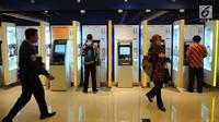 Nasabah melakukan transaksi di ATM Mandiri, Jakarta, Senin (29/4/2019). Direktur Manajemen Risiko Bank Mandiri Ahmad Siddik Badruddin menyebutkan kenaikan laba bersih pada Kuartal I 2019 didorong kenaikan pendapatan bunga sebesar 15,05 persen YoY menjadi Rp 22,0 triliun. (Liputan6.com/Angga Yuniar)