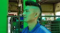 Pemain Persib, Kim Jeffrey Kurniawan, dengan potongan rambut baru bergaya Hawkeye. (Bola.com/Erwin Snaz)