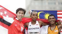 Pelari Indonesia, Agus Prayogo (tengah), berhasil meraih medali perak nomor lari marathon cabang atletik pada SEA Games 2017 Malaysia di Putrajaya, Kuala Lumpur, Sabtu (19/8/2017). (Bola.com/Vitalis Yogi Trisna)