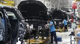 Pekerja menyelesaikan perakitan mobil Mercedes Benz di Pabrik Mercedes Benz, Wanaherang, Bogor (11/12). Mercededes-Benz C-Class generasi terbaru kini resmi masuk jalur produksi pabrik Mercedes-Benz di Wanaherang, Bogor. (Liputan6.com/Herman Zakharia)