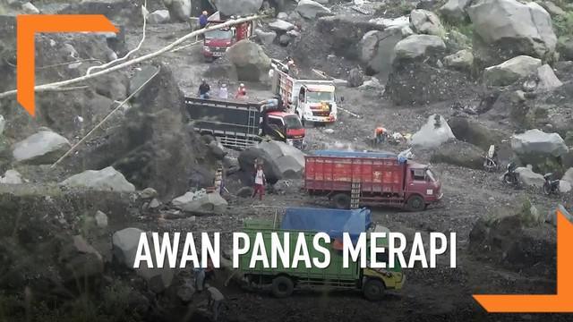 Gunung Merapi kembali menyemburkan awan panas. Beberapa warga sudah menyiapkan pengungsian untuk terjadi hal yang tak diinginkan.