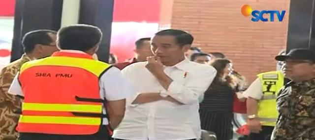 Kehadiran Jokowi didampingi sang cucu, Jan Ethes, tak urung menarik perhatian para penumpang pesawat di bandara.