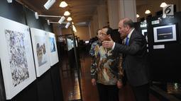 Menteri Perhubungan, Budi Karya Sumadi (kiri) melihat pameran foto Our Ocean pada perayaan Europe Day 2018 di Jakarta, Rabu (9/5). Selain Menhub, Menteri Luar Negeri Retno Marsudi turut hadir dalam acara tersebut. (Liputan6.com/Helmi Fithriansyah)