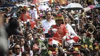 Jokowi dan Jusuf Kalla saat diarak ratusan ribu warga dari Bundaran HI menuju Istana Negara, (20/10/14). (Liputan6.com/Faizal Fanani)