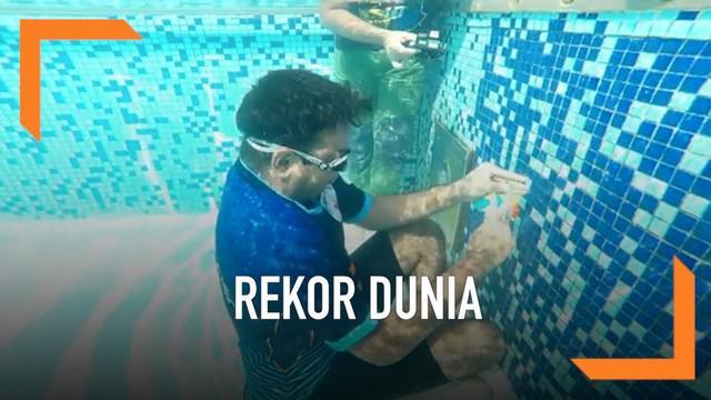 Seorang remaja asal Mumbai berusia 20 tahun memecahkan rekor dunia. Ia menyelesaikan 9 rubik piramida di dalam air dengan waktu 1 menit 48 detik.