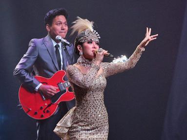 Penyanyi Syahrini berduet dengan musisi Rendy Pandugo saat konser Journey of Syahrini di Ciputra Artpreneur, Jakarta, Kamis (20/9). Konser ini merupakan perayaan 10 tahun kiprah Syahrini di dunia musik. (Liputan6.com/Faizal Fanani)