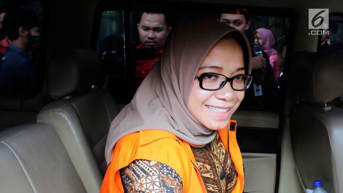 Wakil Ketua Komisi VII DPR Eni Maulani Saragih berada di dalam mobil usai menjalani pemeriksaan oleh penyidik di gedung KPK, Jakarta, Senin (24/7). Eni Saragih diperiksa terkait kasus dugaan suap terkait proyek PLTU Riau-1. (Merdeka.com/Dwi Narwoko)