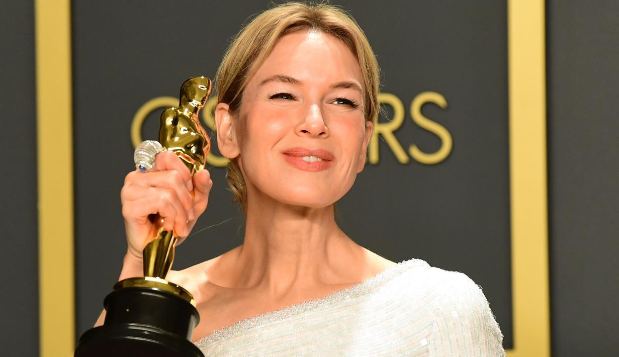 Aktris Renee Zellweger berpose di ruangan pers seusai menerima piala Oscar dalam ajang Academy Awards ke-92 di Dolby Theatre, Los Angeles, Minggu (9/2/2020). Renee Zellweger berhasil menyabet penghargaan sebagai Aktris Terbaik lewat perannya di film 'Judy'. (FREDERIC J. BROWN / AFP)