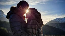 Kemesraan keduanya pun di tunjukkan pada sebuah foto yang diunggah oleh Reino Barack dan juga Syahrini. Berlatar belakang sunset serta pemandangan yang indah, keduanya pun terlihat mesra. (Liputan6.com/IG/@reinobarack)