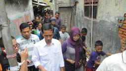 Kamis (01/05/14), Jokowi mengunjungi salah satu buruh yang sakit di kawasan Cilincing, Jakarta Utara (Liputan6.com/Herman Zakharia)
