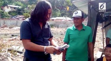 Petugas merazia para preman yang melakukan pungli di Pelabuhan Teluk Bayur, Padang. Barang bukti didapat berupa uang pungli sebesar belasan juta rupiah.