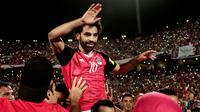 Pemain timnas Mesir, Mohamed Salah merayakan kemenangan timnya atas Kongo dalam pertandingan Kualifikasi Piala Dunia 2018 zona Afrika di Stadion Borg el-Arab, Minggu (8/10). Mesir menang 2-1 berkat dua gol dari Salah. (AP/Nariman El-Mofty)
