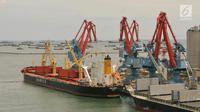 Aktifitas kapal ekspor inpor di pelabuhan Tanjung Priok, Jakarta, Jumat (26/5). Badan Pusat Statistik (BPS) mencatat neraca perdagangan Indonesia mengalami surplus 1,24 miliar . (Liputan6.com/Angga Yuniar)