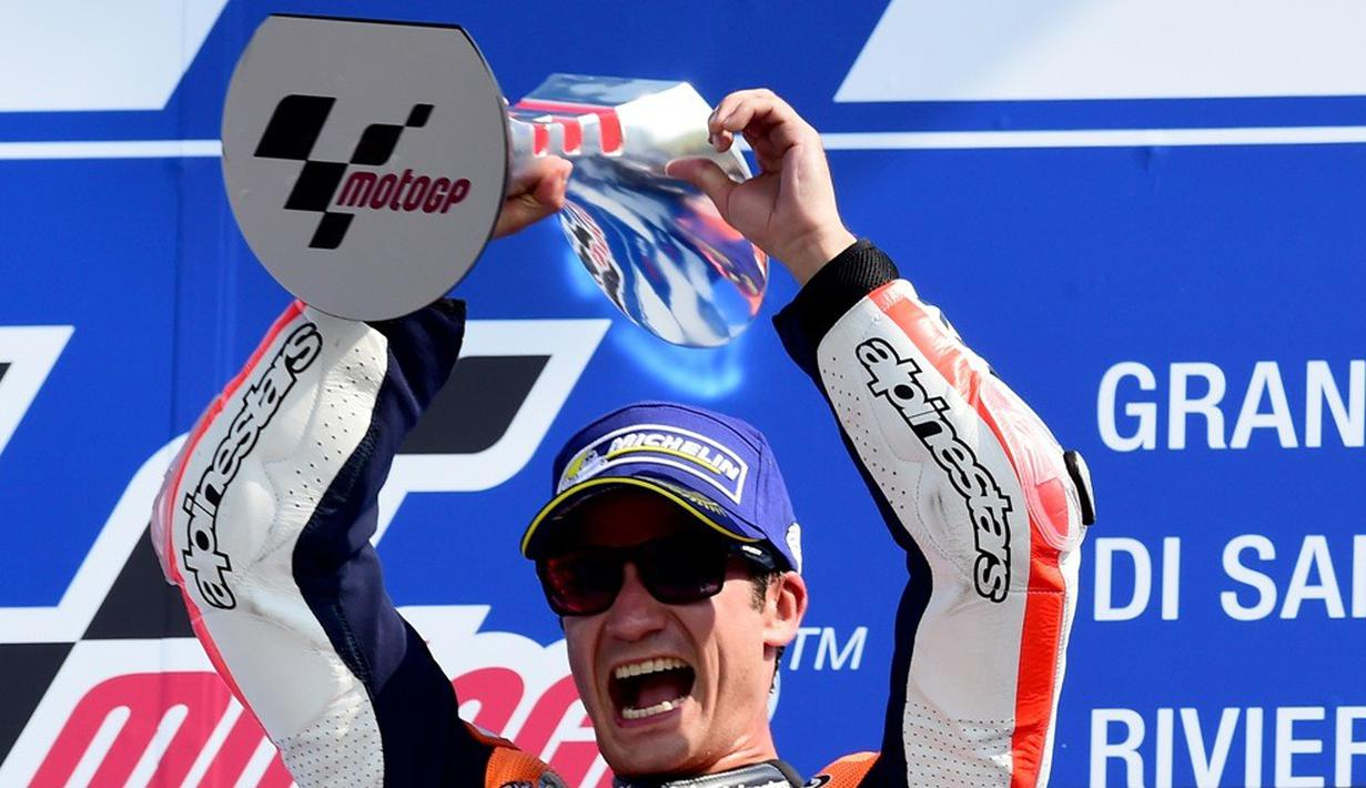 Pebalap Repsol Honda, Dani Pedrosa, tampil luar biasa pada balapan MotoGP San Marino di Sirkuit Misano, Minggu (11/9/2016). Mengawali balapan dari posisi ke-8, pebalap asal Spanyol ini akhirnya merebut gelar juara. (AFP/Giuseppe Cacace)
