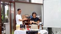 Demo pembuatan wadah jajanan reusable oleh Jessica Halim di dia,lo.gue, Sabtu (11/1/2020). (dok. Liputan6.com/Tri Ayu Lutfiani)