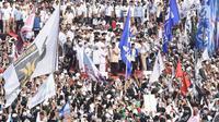 Calon Presiden nomor urut 02 Prabowo Subianto dan politikus PAN Amien Rais terlihat di atas panggung kampanye akbar Prabowo-Sandi di Stadion Utama Gelora Bung Karno (SUGBK), Jakarta, Minggu (7/4). Sejumlah tokoh nasional pendukung Prabowo - Sandiaga pun turut hadir. (Liputan6.com/Herman Zakharia)