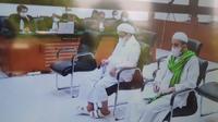 Rizieq Shihab dan menantunya Hanif Alatas menjalani sidang tuntutan perkara penyebaran berita bohong hasil swab test Covid-19 RS Ummi, Bogor. (Merdeka.com/ Bachtiarudin Alam )