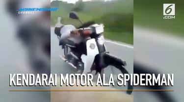 Dua wanita berhijab dikecam warga lantaran mengendarai motor dengan pose ala Spiderman.