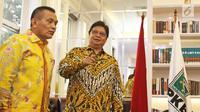 Ketum Partai Golkar Airlangga Hartarto (kanan) bersama Sekjen Partai Golkar Lodewijk Freidrich Paulus saat silaturahmi ke DPP PKB di Jakarta, Rabu (4/7). Pertemuan membahas koalisi partai pendukung Jokowi di Pilpres 2019. (Liputan6.com/Herman Zakharia)