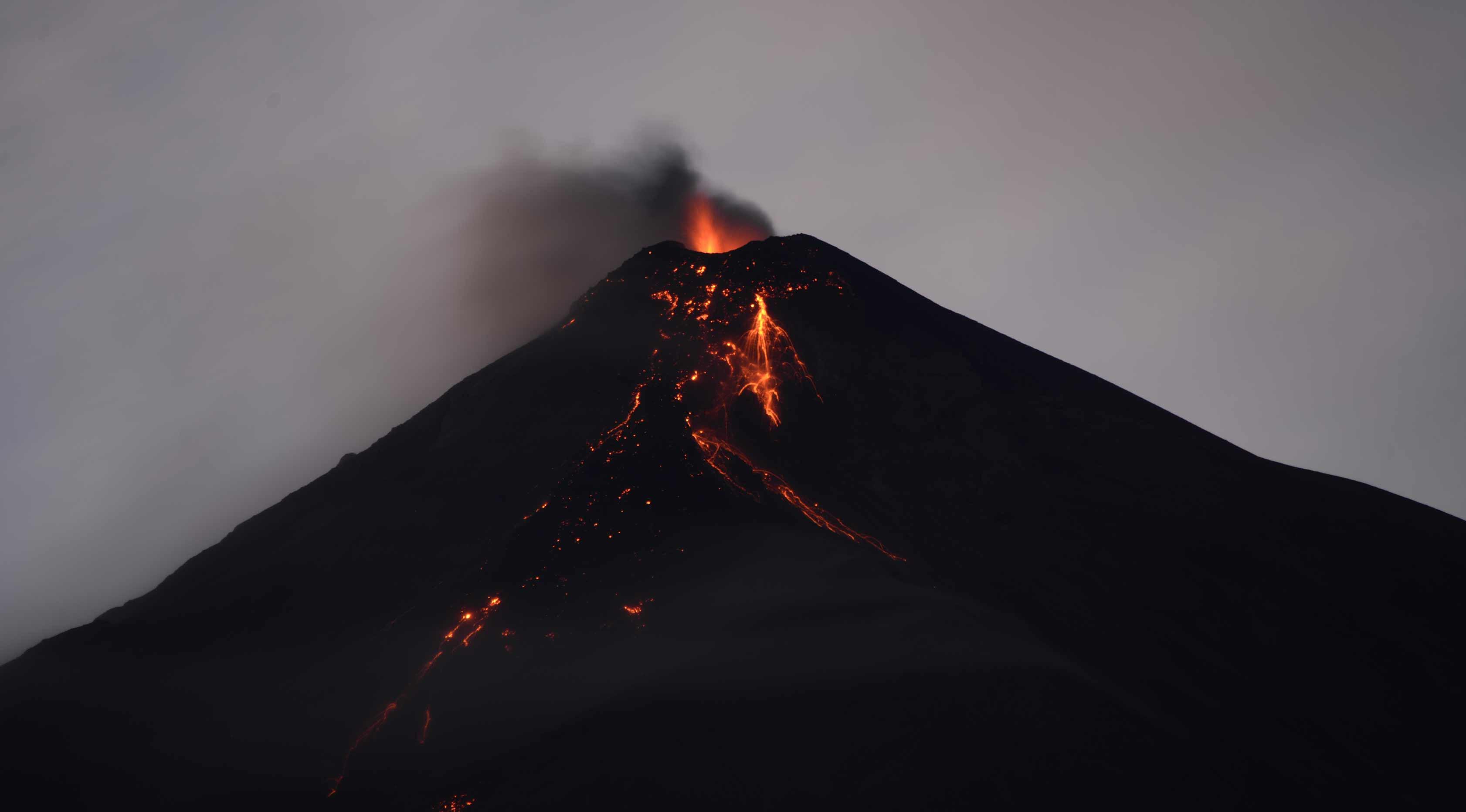Gunung Fuego mengeluarkan lava panas terlihat dari kota Alotenango di daerah Sacatepequez, 65 km tenggara Kota Guatemala, (1/20). (AFP Photo/Johan Ordonez)