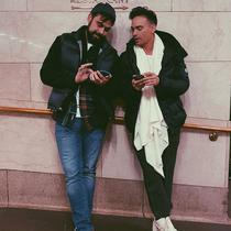 Ashraf Sinclair foto bareng sang adik laki-laki, Adam Sinclair di Grand Central Station, New York City, Amerika Serikat. (dok. Instagram @adamyousofunny/https://www.instagram.com/p/B8dAETgD5bD/?hl=en/Putu Elmira)