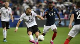 Gelandang Albania, Keidi Bare, berebut bola dengan gelandang Prancis, Thomas Lemar, pada laga Kualifikasi Piala Eropa 2020 di Stade de France, Paris, Sabtu (7/9). Prancis menang 4-1 atas Albania. (AFP/Lionel Bonaventure)