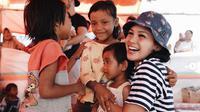 Penyanyi Andien berusaha menghibur anak-anak korban gempa Lombok (Dok. Instagram/@andienaisyah/https://www.instagram.com/andienaisyah/?hl=en/Komarudin)