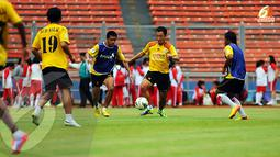 Pemain asing Semen Padang asal Korea Selatan Yoo Hyun Goo (kedua dari kanan) juga ikut disiapkan untuk menggedor lini pertahanan Persija Jakarta (Liputan6.com/Helmi Fithriansyah)
