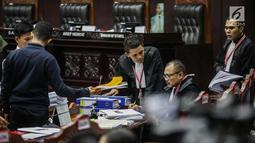 Kesibukan pihak termohon jelang sidang lanjutan sengketa Pilpres 2019 di Gedung Gedung Mahkamah Konstitusi, Jakarta, Kamis (20/6/2019). Agenda sidang kali ini adalah mendengarkan keterangan saksi dan ahli dari pihak termohon Komisi Pemilihan Umum (KPU). (Liputan6.com/Faizal Fanani)