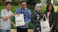 Pemain film Milea: Surat Dari Dilan, Iqbaal Ramadhan (Dilan) dan Vanesha Prescilla (Milea) memberikan cinderamata kepada Gubernur Jabar Ridwan Kamil bersama istri Atalya Praratya. (Liputan6.com/Huyogo Simbolon)