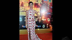 Malam itu Yuki Kato tampak cantik mengenakan gaun berwarna merah dan putih, Bandung, (13/9/14). (Liputan6.com/Panji Diksana)