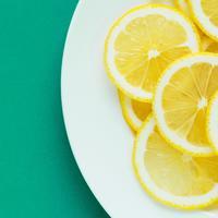 Manfaat lemon ternyata tak sebatas mencerahkan wajah saja. (Foto: unsplash.com)