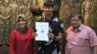 Kiper Madura United, Satria Tama, telah menyelesaikan ujian skripsi di Unitomo, Surabaya. (Bola.com/Aditya Wany)