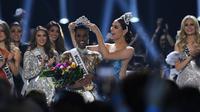 Miss Universe 2018 Catriona Grey menyematkan mahkota kepada Miss Afrika Selatan, Zozibini Tunzi, seusai dinobatkan menjadi Miss Universe 2019 pada malam final di Tyler Perry Studios, Atlanta, Minggu (8/12/2019). Zozibini Tunzi, 26, dinobatkan menjadi Miss Universe 2019. (VALERIE MACON / AFP)