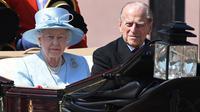 Ratu Inggris Elizabeth II dan Pangeran Philip dari Inggris (kanan) melakukan perjalanan dengan kereta kuda menuju Horse Guards Parade untuk Parade Ulang Tahun Ratu, 'Trooping the Color', di London pada 17 Juni 2017. Pangeran Philip meninggal di usia ke-99 pada 9 April 2021. (Chris J Ratcliffe/AFP)