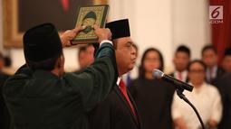 Komjen Syafruddin diambil sumpahnya saat dilantik sebagai Menteri Pendayagunaan Aparatur Negara dan Reformasi Birokrasi (PANRB) di Istana Negara, Jakarta, Rabu (15/8). Komjen Syafruddin sebelumnya menjabat sebagai Wakapolri. (Liputan6/HO/Pian)