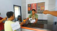 Reka adegan pencurian uang nasabah BRI Cabang Cepu. (Liputan6.com/ Ahmad Adirin)