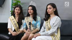 Miss Grand Indonesia 2019 Sarlin Jones (tengah) bersama runner up 1 Cindy Yuliani (kiri) dan runner up 2 Gabriella Hutahaean (kanan) berpose di Kantor KLY, Jakarta, Selasa (3/9/2019). (Liputan6.com/Herman Zakharia)