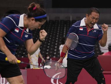 Dihari terakhir, Hary Susanto/Leani Ratri Oktila berhasil menambah pundi-pundi medali emas Indonesia di Paralimpiade Tokyo 2020. Hary/Leani memperoleh medali emas dari cabang olahraga bulutangkis nomor ganda campuran kelas SL3-SU5. (Foto: AP/Kiichiro Sato)