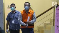 Menteri Kelautan dan Perikanan non aktif, Edhy Prabowo (kanan) usai menjalani pemeriksaan di Gedung KPK Jakarta, Kamis (3/12/2020). Sebelumnya, Edhy ditangkap dan ditahan KPK sebagai tersangka dugaan suap penetapan calon eksportir benih lobster pada Rabu (25/11). (Liputan6.com/Helmi Fithriansyah)