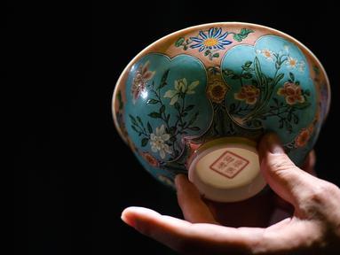 Wujud mangkuk Dinasti Qing saat dipamerkan di Rumah Lelang Sotheby's di Hong Kong, Kamis (2/3). Mangkuk tersebut sangat langka dan diperkirakan hanya ada tiga di dunia. (ANTHONY WALLACE/AFP)