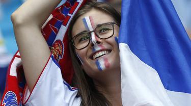 Suporter Prancis terlihat bahagia saat timnya menang melawan republik Irlandia 2-1 pada babak 16 besar Piala Eropa 2016 di Stade de Lyon, Lyon, Prancis,(26/6/2016). (EPA/Yuri Kochetkov)