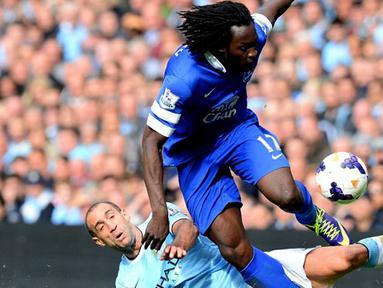 Pablo Zabaleta duel dengan Romelu Lukaku pada pertandingan Liga Premier Inggris antara Manchester City vs Everton di Stadion Etihad, Manchester (05/10/2013). (AFP/Andrew Yates)