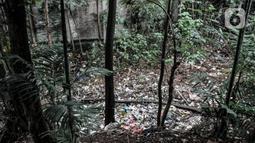 Kondisi tumpukan sampah yang memenuhi aliran Kali Baru, Jalan Raya Bogor, Cimanggis, Depok, Jawa Barat, Minggu (24/1/2021).  Menurut warga, sudah lebih dari 5 bulan sampah yang didominasi limbah rumah tangga dan batang pepohonan memenuhi aliran Kali Baru hingga sepanjang 300 meter. (merdeka.com/Iqba