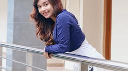 Penyanyi kelahiran Pasuruan ini tampil segar saat menggunakan pakaian berwarna biru dan rok putih ini. Rambutnya yang tampak sangat mencolok dengan warna kecoklatan ditambah aksesoris kacamata. Senyumannya tak pernah hilang. (Liputan6.com/IG/@tasya_ratu_gopo)