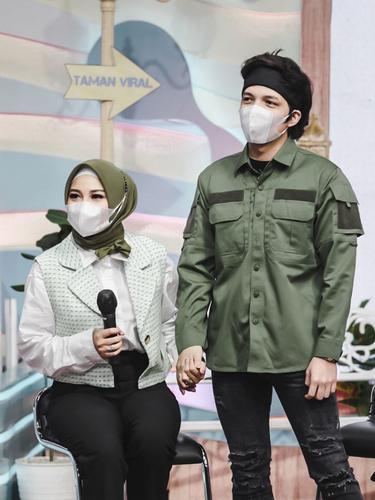 6 Potret Atta Halilintar dan Aurel Hermansyah Pakai Busana Muslim Senada, Serasi