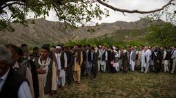 Teman dan kerabat menghadiri pemakaman jenazah kepala fotografer Agence France Presse (AFP) Afghanistan Shah Marai Faizi di Gul Dara, Kabul (30/4). Ledakan tersebut menewaskan 25 orang, di antara korban merupakan para wartawan.(Andrew Quilty / POOL / AFP)