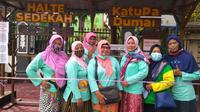 Aksi berbagi ibu-ibu komunitas Katupa Dumai lewat Halte Sedekah. (Sumber: Liputan6.com/Loudia Mahartika)