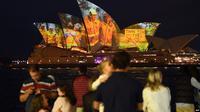 Layar-layar Gedung Opera Sydney menampilkan gambar-gambar yang memberi dukungan pada masyarakat yang terdampak kebakaran lahan dan mengucapkan terima kasih kepada para anggota dinas pemadam kebakaran, 11 Januari 2020. (Source: AFP)