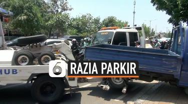 Sudin Dishub Jakarta Pusat Merazia mobil-mobil yang parkir di trotoar. Beberapa mobil pemilik toko di kawasan Jakarta Pusat di derek ke kantor Dishub. Pengusaha mengaku terpaksa menggunakan trotoar karena tidak memiliki lahan parkir.